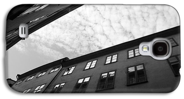 Clouds Over A Narrow Alley - Monochrome Galaxy S4 Case by Ulrich Kunst And Bettina Scheidulin