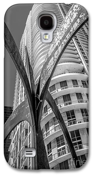 Element Of Duenos Do Los Estrellas Statue With Miami Downtown In Background - Black And White Galaxy S4 Case by Ian Monk