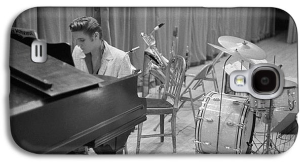 Elvis Presley On Piano Waiting For A Show To Start 1956 Galaxy S4 Case by The Harrington Collection
