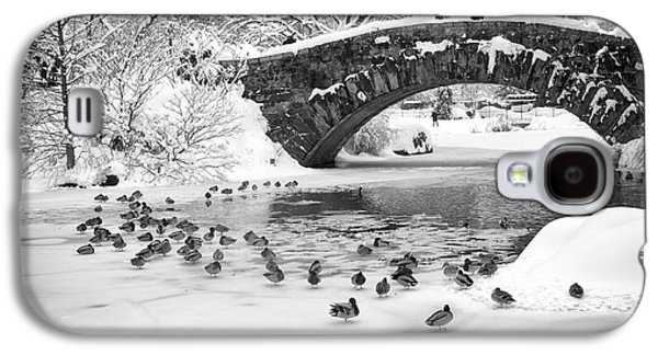 Galaxy S4 Case featuring the photograph Gapstow Bridge In Snow by Dave Beckerman