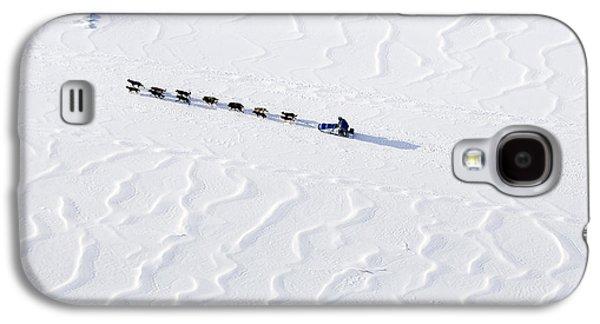 John Bakers Team Running Down Frozen Yukon River  Galaxy S4 Case by Jeff Schultz