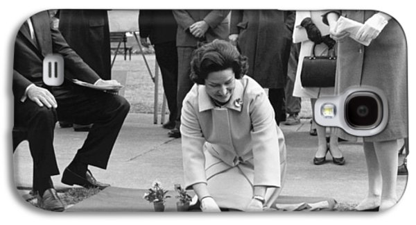 Lady Bird Johnson Planting Galaxy S4 Case by Underwood Archives