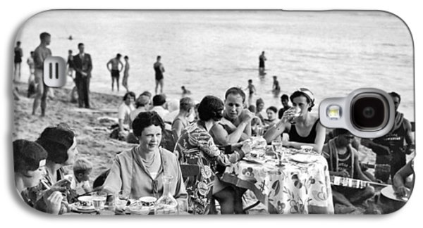 Lunch On Waikiki Beach Galaxy S4 Case by Underwood Archives