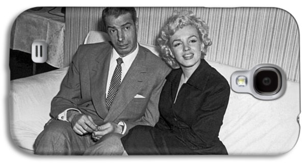 Marilyn Monroe And Joe Dimaggio Galaxy S4 Case by Underwood Archives