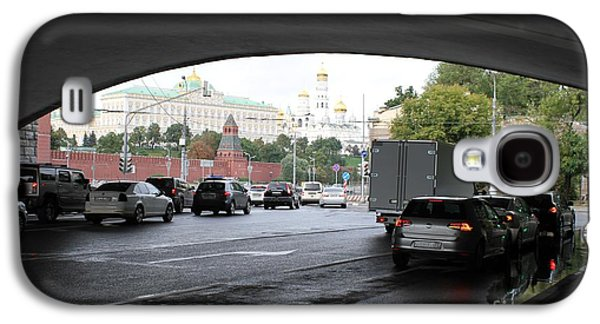 Moscow Kremlin Seen Through The Archway Of Greater Stone Bridge In Moscow I Galaxy S4 Case by Anna Yurasovsky