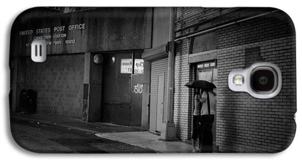 New York Romance - Kiss In The Rain Galaxy S4 Case by Vivienne Gucwa