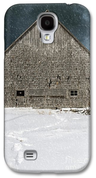 Old Barn In A Snow Storm Galaxy S4 Case by Edward Fielding
