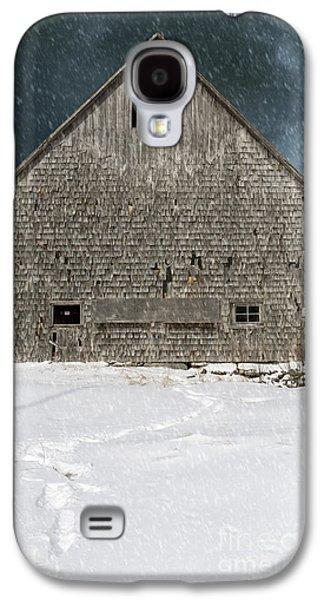 Old Barn In A Snow Storm Galaxy S4 Case by Edward Fielding