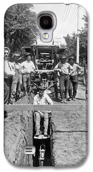 Road Workers In La Galaxy S4 Case by Underwood Archives