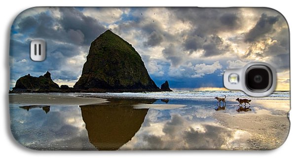 Running Free - Dogs Running In Beautiful Cannon Beach. Galaxy S4 Case by Jamie Pham