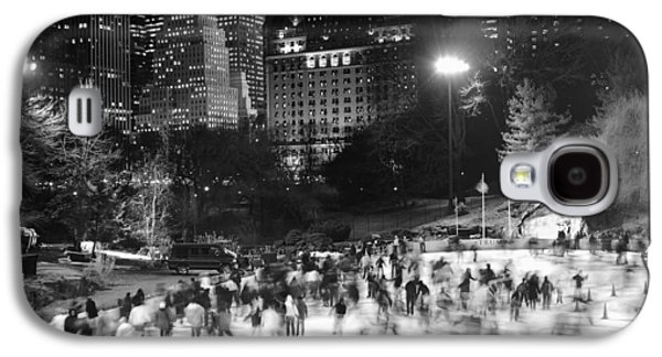 Galaxy S4 Case featuring the photograph New York City - Skating Rink - Monochrome by Dave Beckerman