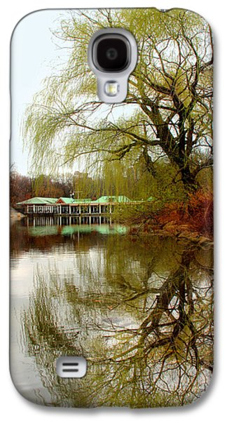 Tree By The River  Galaxy S4 Case by Mark Ashkenazi