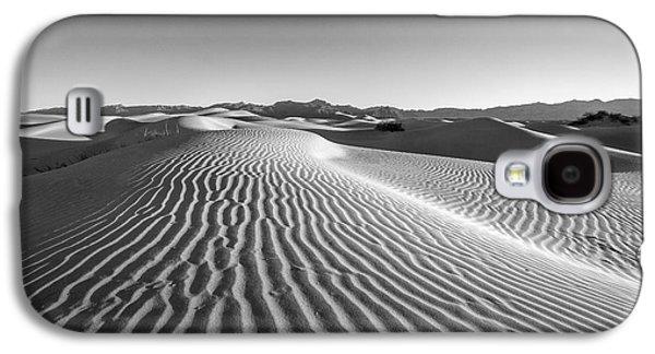 Desert Galaxy S4 Case - Waves In The Distance by Jon Glaser