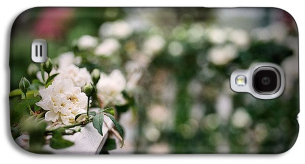 White Roses Galaxy S4 Case by Linda Unger