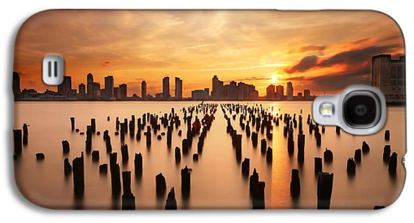 Sunset Over The Hudson River Galaxy S4 Case by Larry Marshall