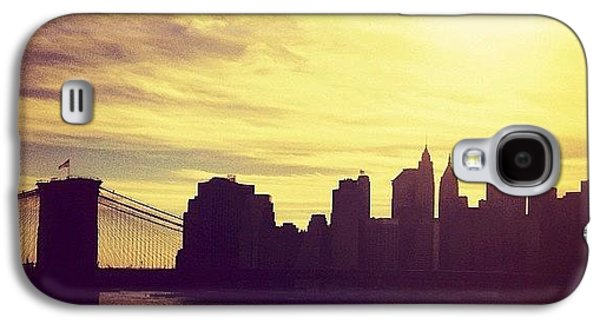 City Galaxy S4 Case - Sunset Over The New York City Skyline And The Brooklyn Bridge by Vivienne Gucwa