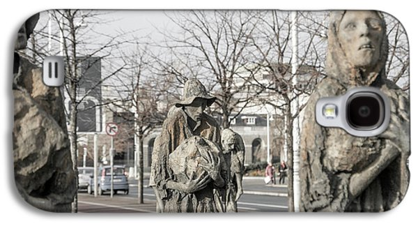 A Cruel World The Famine Sculpture Galaxy S4 Case by Betsy Knapp