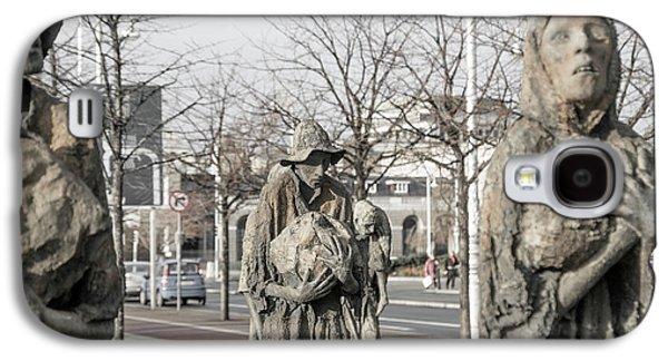 A Cruel World The Famine Sculpture Galaxy S4 Case