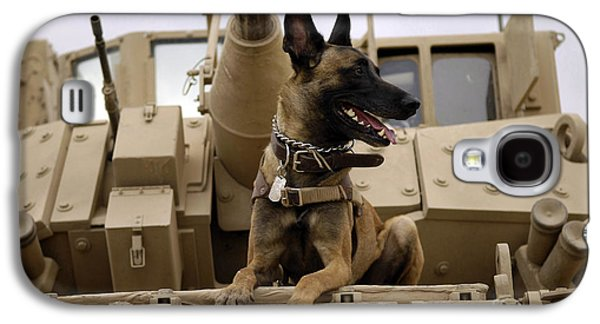 A Military Working Dog Sits On A U.s Galaxy S4 Case