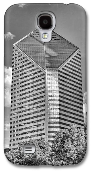 Galaxy S4 Case featuring the photograph Chicago Smurfit-stone Building Black And White by Christopher Arndt