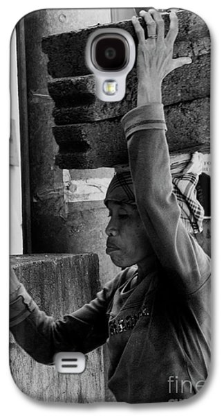 Galaxy S4 Case featuring the photograph Construction Labourer - Bw by Werner Padarin