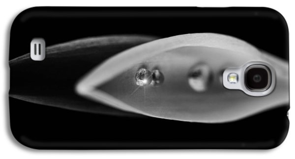 Droplet On Black And White Leaves Galaxy S4 Case by Tommytechno Sweden
