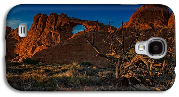Last Light At Skyline Arch Galaxy S4 Case by Rick Berk