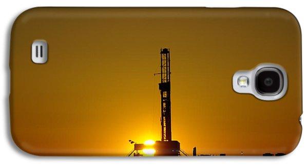 Oil Rig Near Killdeer In The Morn Galaxy S4 Case by Jeff Swan
