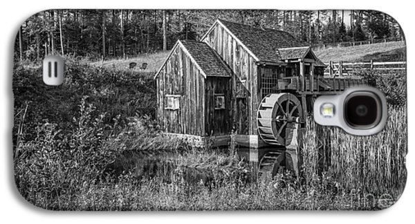 Old Grist Mill In Vermont Black And White Galaxy S4 Case by Edward Fielding