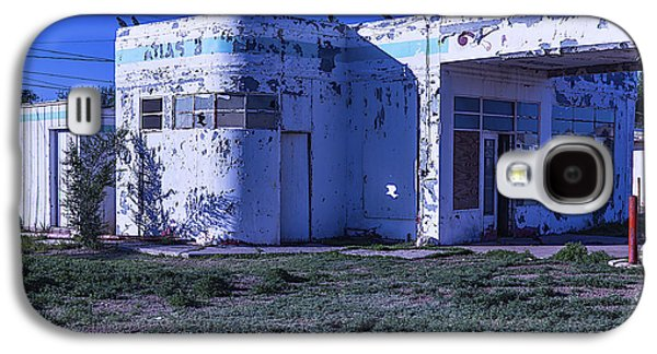 Old Run Down Gas Station Galaxy S4 Case by Garry Gay