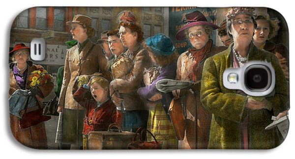 People - People Waiting For The Bus - 1943 Galaxy S4 Case by Mike Savad
