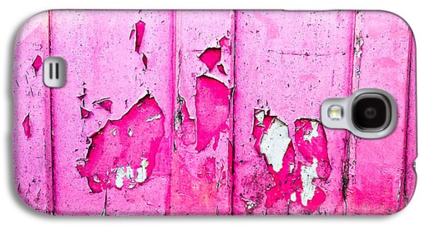Pink Wood With Peeling Paint  Galaxy S4 Case by Tom Gowanlock
