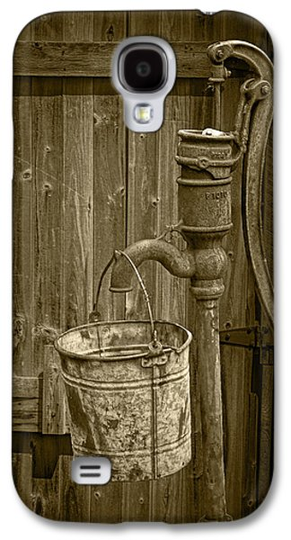 Sepia Toned Rusty Water Pump With Bucket By An Old Wooden Barn Galaxy S4 Case