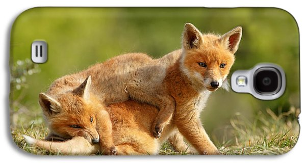 Sibbling Love - Playing Fox Cubs Galaxy S4 Case