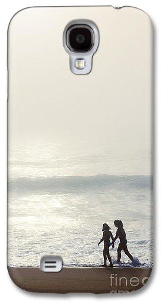 Sisters By The Seashore Galaxy S4 Case by Carlos Caetano