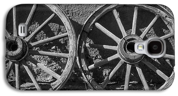 Two Old Wagon Wheels Galaxy S4 Case by Garry Gay