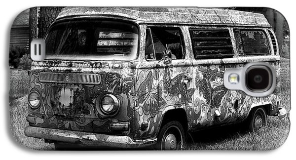 Galaxy S4 Case featuring the photograph Volkswagen Microbus Nostalgia In Black And White by Bill Swartwout Fine Art Photography