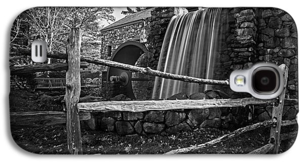 Wayside Inn Grist Mill Waterfall Sudbury Ma Black And White Galaxy S4 Case by Toby McGuire