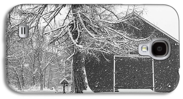 Wayside Inn Red Barn Covered In Snow Storm Reflection Black And White Galaxy S4 Case by Toby McGuire