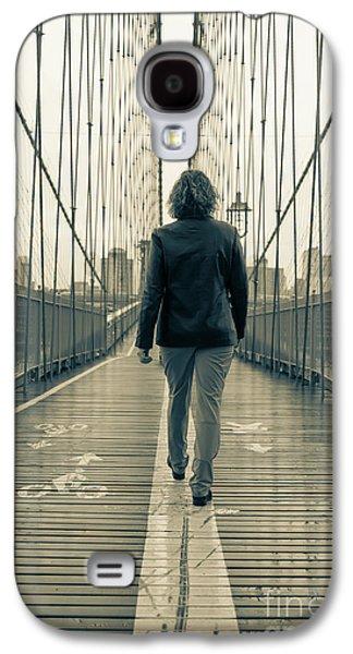 Woman Walking On The Brooklyn Bridge Galaxy S4 Case by Edward Fielding