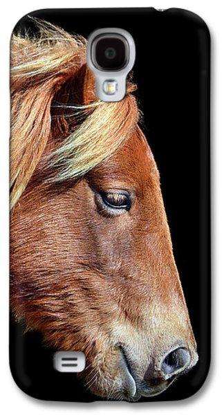 Galaxy S4 Case featuring the photograph Assateague Pony Sarah's Sweet Tea Portrait On Black by Bill Swartwout Fine Art Photography