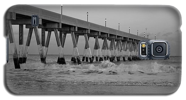 A Black And White Of Johnnie Mercers Pier At Daybreak Galaxy S5 Case by Bob Sample