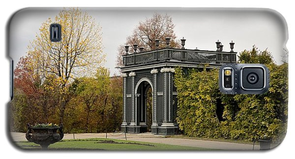 Galaxy S5 Case featuring the photograph  Garden Gate Schonbrunn Palace Vienna Austria by Imran Ahmed
