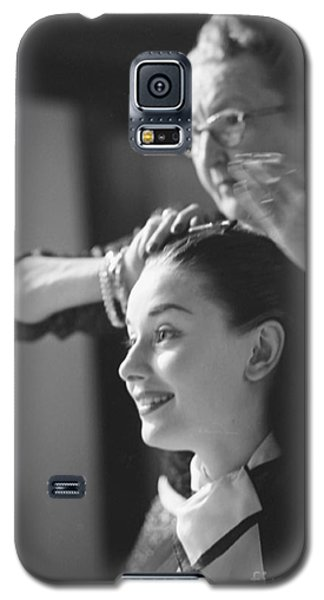 Audrey Hepburn Preparing For A Scene In Roman Holiday Galaxy S5 Case