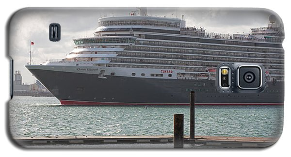 Galaxy S5 Case featuring the photograph Cunards Queen Elizabeth by Shirley Mitchell