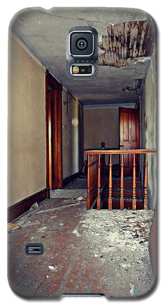 Galaxy S5 Case featuring the photograph The Perfect Creepy House by Cyryn Fyrcyd