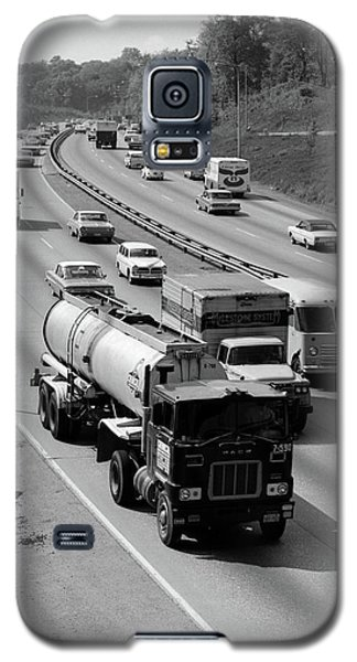 1960s Tanker Truck Traveling On Busy Galaxy S5 Case