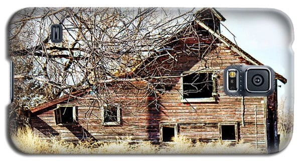 Galaxy S5 Case featuring the photograph Petite Barn by Sylvia Thornton