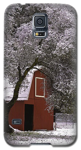 Snowy Red Barn Galaxy S5 Case