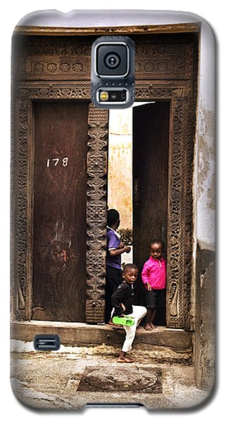 Galaxy S5 Case featuring the photograph Kids Playing Zanzibar Unguja Doorway by Amyn Nasser
